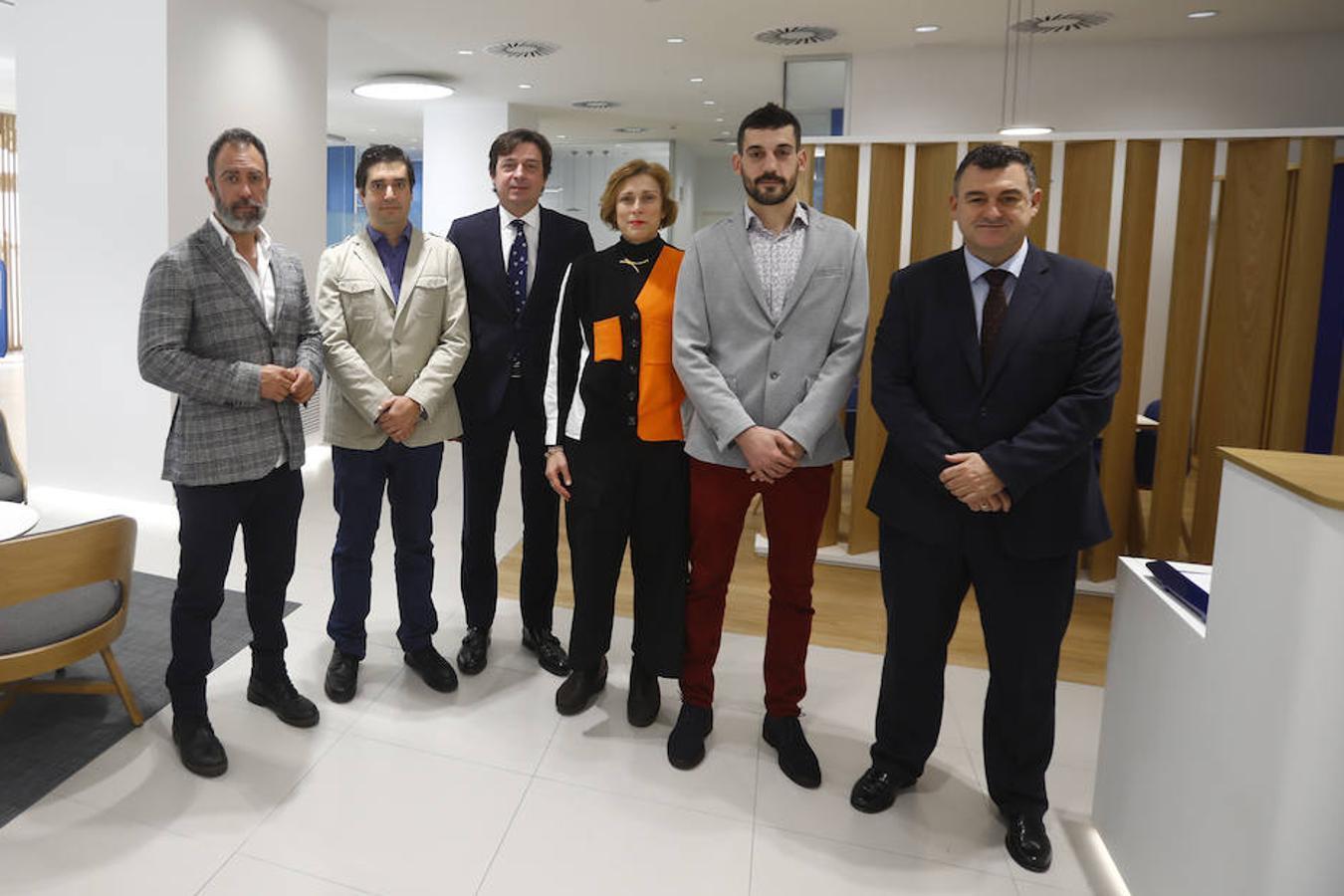 Foto de familia de los participantes en el foro con responsables de BBVA - MIGUEL ÁNGEL